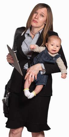 werkende moeder: Moe zakenvrouw met baby op witte achtergrond