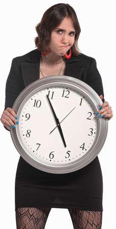 Rozczarowany młoda kobieta z dużym zegarem zawodowych