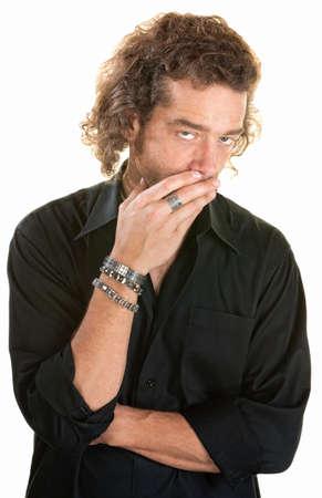 yawing: El hombre m�s blanco cubre su boca mientras mira hacia arriba