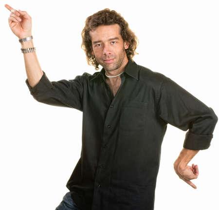 maladroit: Homme qui danse avec les doigts pointant dans deux directions