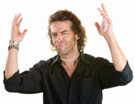 molesto: Frustrado hombre joven con las manos en el aire