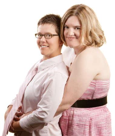 lesbianas: Pareja de lesbianas de raza caucásica que abarca más de fondo blanco