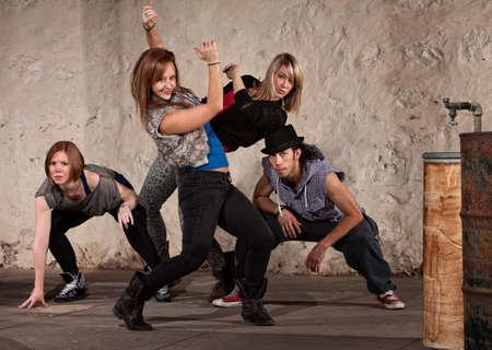 squatting: Bonita mujer bailando con el grupo europeo de Hip Hop