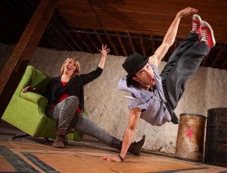 bailarin hombre: Agile joven bailarina al hombre saltando Foto de archivo