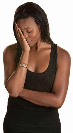 ashamed: T�mida mujer joven negro con la cara en la mano