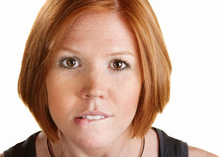 nerveux: Jeune femme regardant de l'avant et se mordant les lèvres