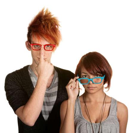 maladroit: Awkward adolescent m�le et femelle ajuster leurs lunettes Banque d'images