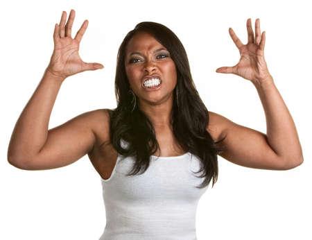 clawing: Donna arrabbiata con i denti stretti e le mani fuori