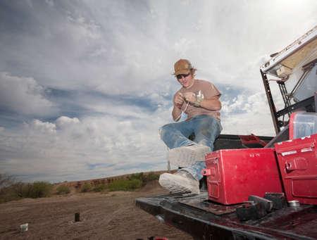 efectos especiales: Especialista de películas de efectos especiales de trabajo con pirotecnia en camión Foto de archivo