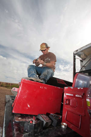 alicates: Película EFX experto en camión con unos alicates y pólvora