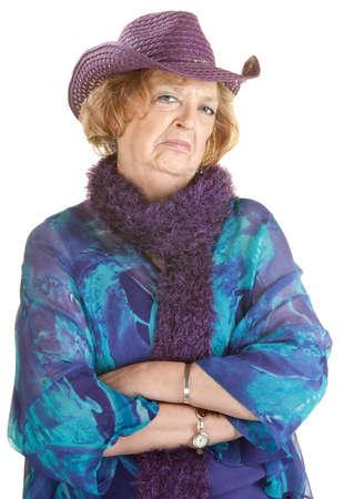 grumpy: Fronsend oude dame met gevouwen armen over wit Stockfoto