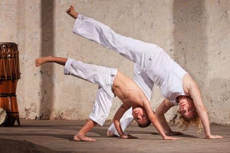 arte marcial: Madre e hijo estudiantes que demuestran las t�cnicas de Capoeira Foto de archivo