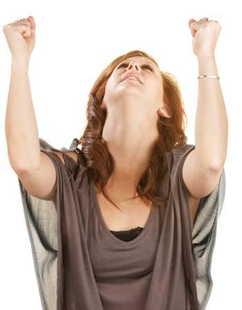 空気中の拳で見上げる感情的な女性