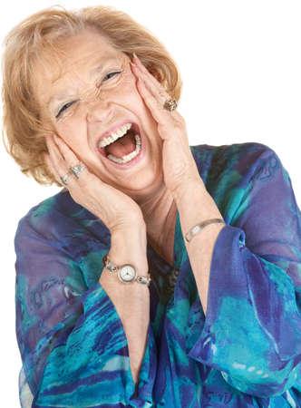 Mujer de edad avanzada rubio gritando con las manos en las mejillas