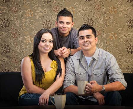 niños latinos: Amar a la familia latina de tres sentados juntos