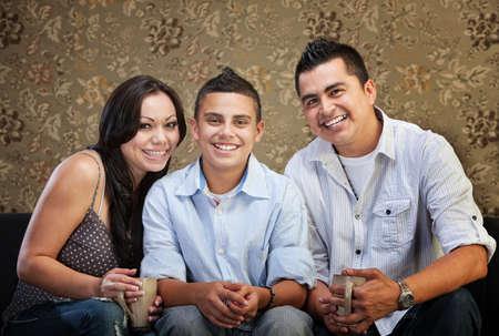 ni�os latinos: Joyful nativo americano familia sentados juntos en casa
