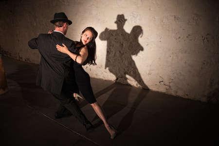 couple dancing: Hermosa mujer con pareja de baile de realizar una rutina de tango Foto de archivo