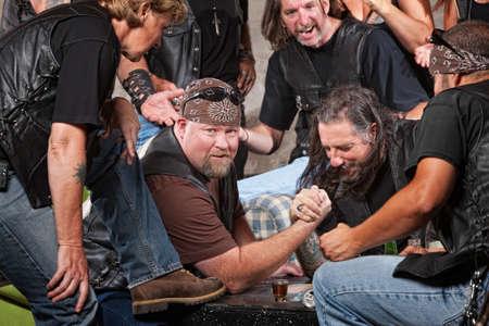malandros: Hombre grande en banda de motoristas perder brazo partido de lucha libre Foto de archivo