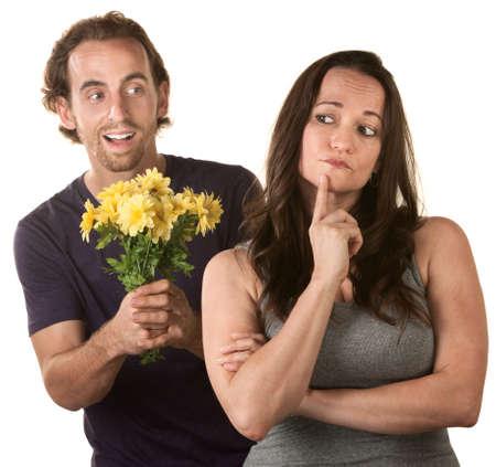 pardon: Jeune femme de penser à l'homme qui pardonne avec des fleurs