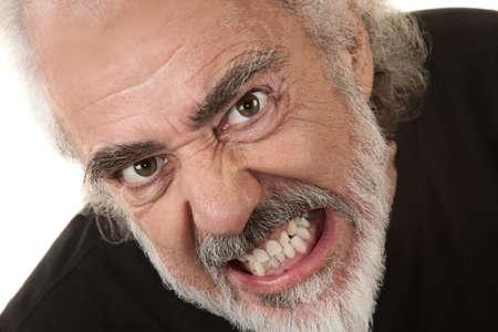 grumpy: Angry Kaukasische senior over geïsoleerde achtergrond klemmen tanden Stockfoto