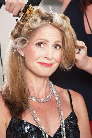 salon beaut�: Sourire femme dans le salon de beaut� se fait coiffer
