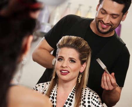 salon beaut�: Bonne client attrayant avec coiffeur sourire