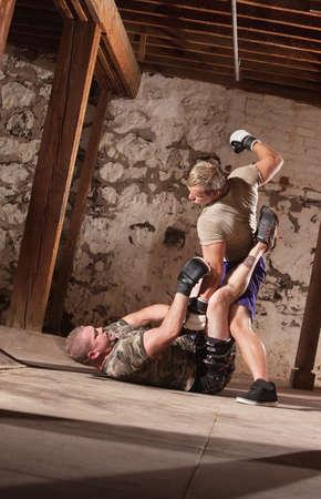 paliza: Masculino joven luchador astuto oponente con golpes
