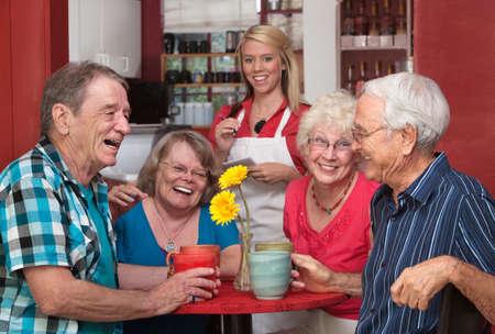 Groep van gelukkige mensen op cafe met serveerster
