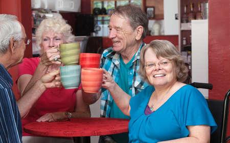 幸せな人々 のグループのより古いレストランで乾杯