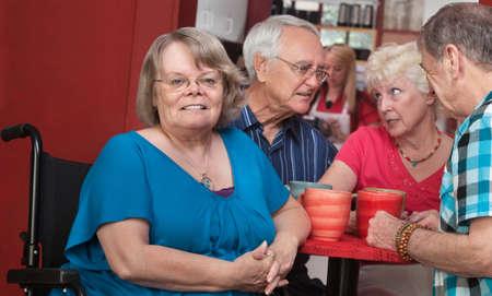 discapacidad: Joyful principal femenino europeo con sus amigos en el fondo