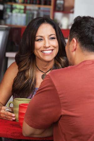 Kafede erkek arkadaşı ile oldukça Meksikalı kadın Stok Fotoğraf - 17019829