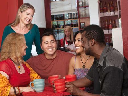 Glimlachend diverse groep van oudere volwassenen in cafe