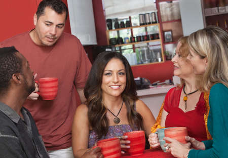 amigas conversando: Pretty femenino del nativo americano con un grupo de gente en el café