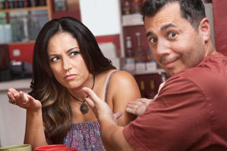 novios enojados: Mujer frustrada gesticula con sus manos sosteniendo con el hombre Foto de archivo