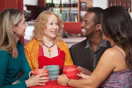 Aantrekkelijke groep volwassenen zitten samen in een restaurant