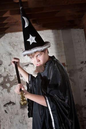 scettro: Minaccioso adolescente vestito da mago con il cappello alto e scettro