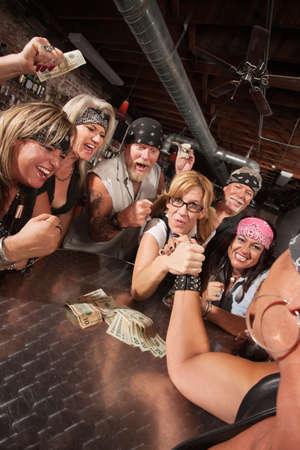 pandilleros: Motocicleta banda animando en el partido de lucha libre con brazo empollón Foto de archivo