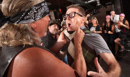 Nerd attrapé par le col de bagarre dans un bar avec des membres de gangs difficile Banque d'images - 17383385