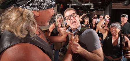 de maras: Angry empoll�n amenaza bully miembro de pandillas en bar