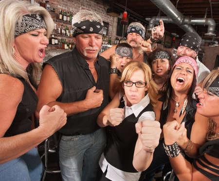 pandilleros: Motos pandillas y empollón femenina sosteniendo los puños en la barra de