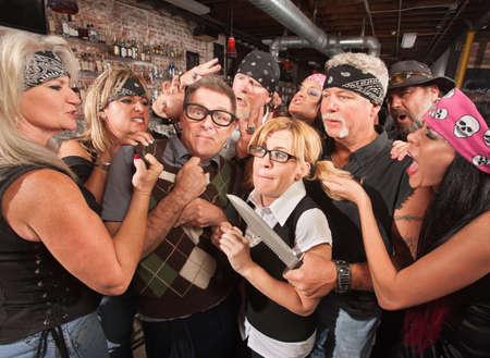malandros: Grupo de los nerds matones burlas en un bar Foto de archivo
