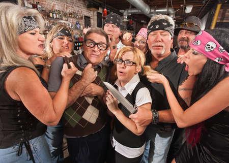 rowdy: Pareja Scared nerd en taberna con banda ruidosa