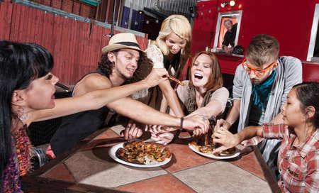 hombre comiendo: Grupo de gente feliz comiendo en el restaurante m�vil