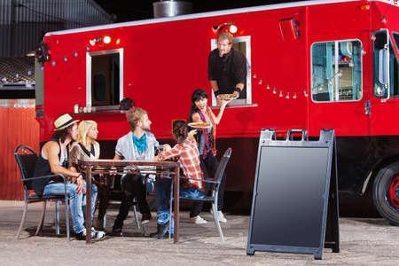 Chef-kok eten serveren op mobiel restaurant met leeg teken
