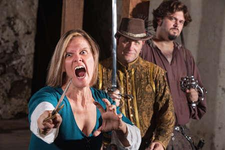 medioevo: Urlando pazzi Medioevo femminile con pugnale e gli amici