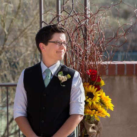 boda gay: Una mujer en la boda gay esperando a su pareja