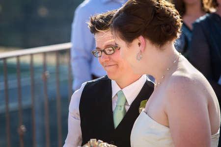 lesbienne: Bonne jeune couple marié de lesbiennes debout à l'extérieur