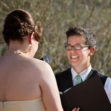 boda gay: Feliz lectura mujer lesbiana promete novia