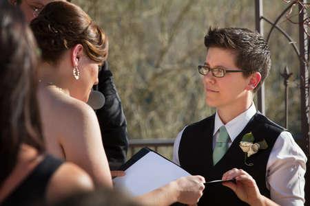 boda gay: Socios Lesbianas lectura votos matrimoniales en una ceremonia