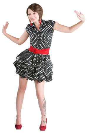 mini falda: Bailando joven con la mariposa del tatuaje y mini falda